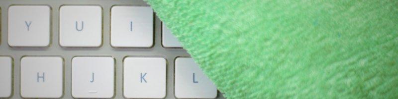 teclado y trapo verde